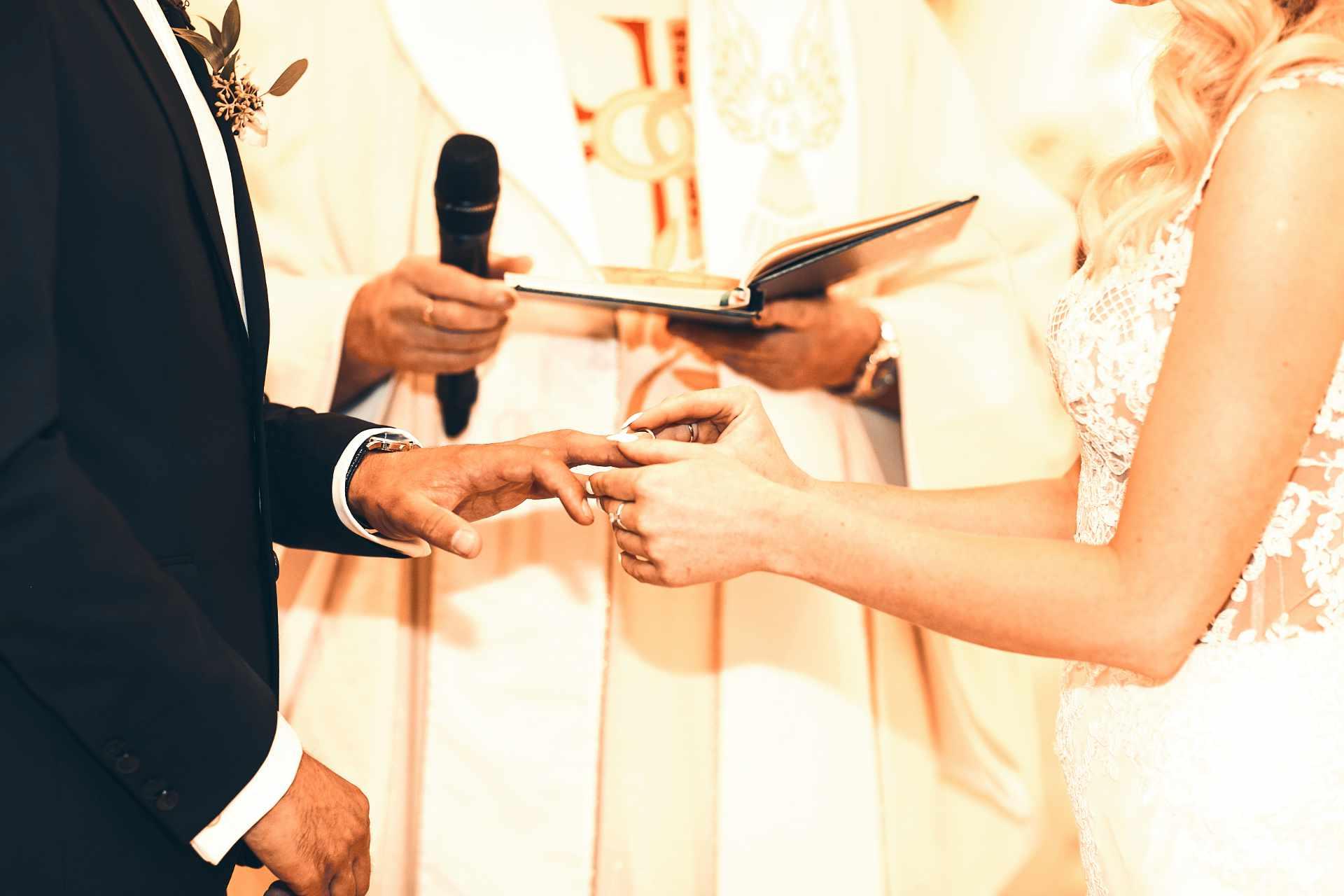 passage de l'anneau au doigt lors d'un mariage