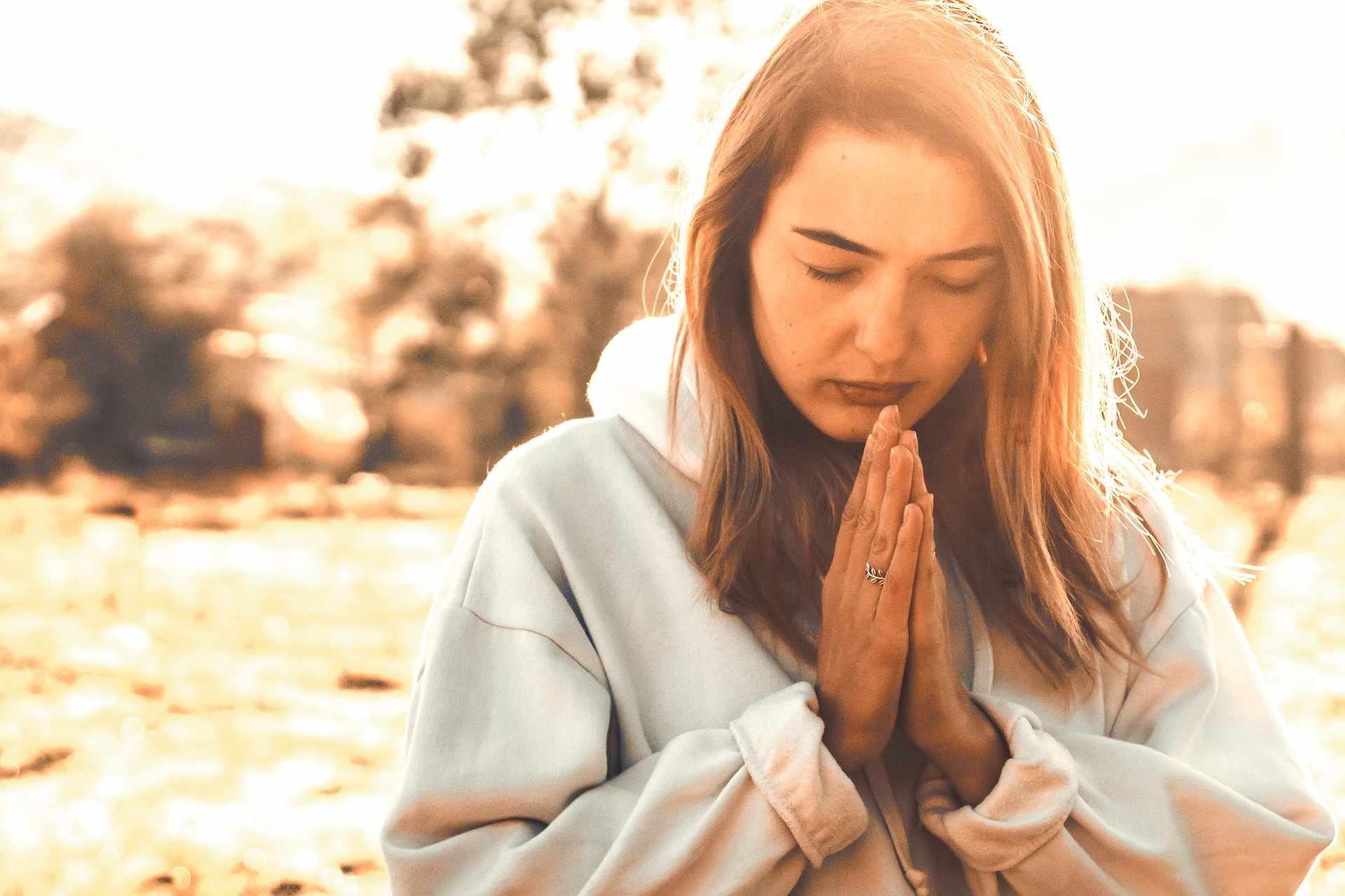 Jeune femme qui se recueille en priant