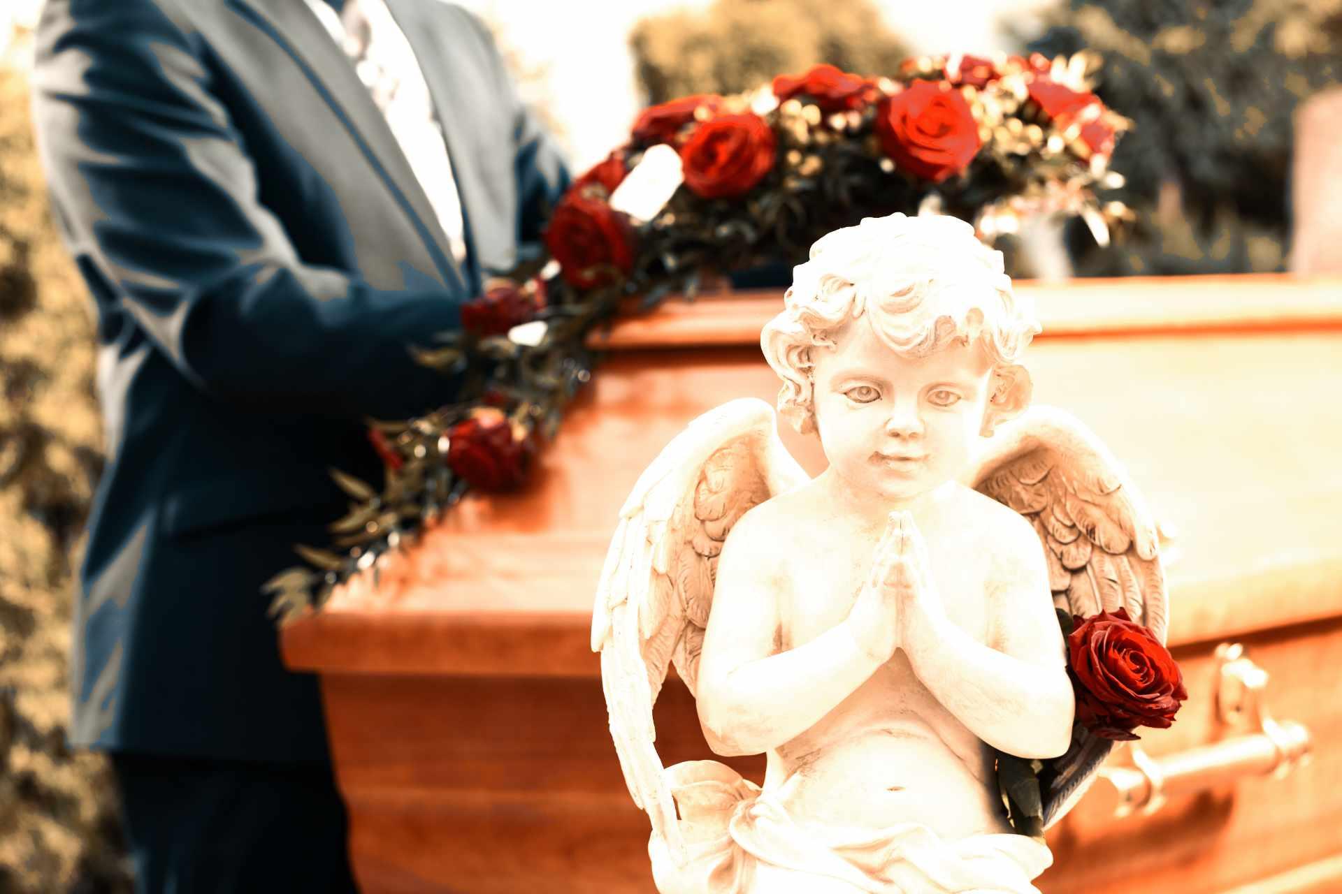 cercueil fleurit avec en premier plan un angelot