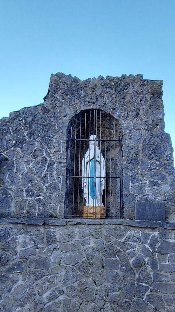 Neufmaison - petite statue de la Vierge