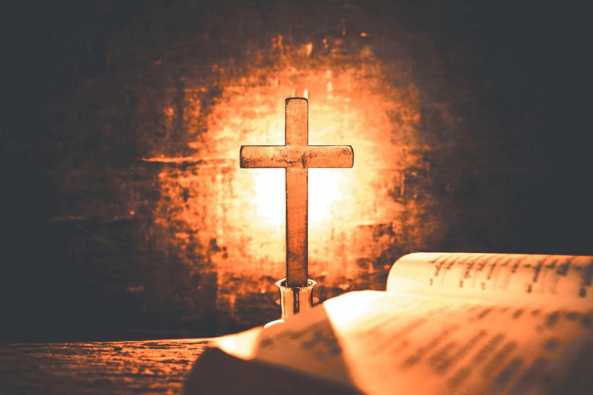 croix avec en premier plan flou une bible