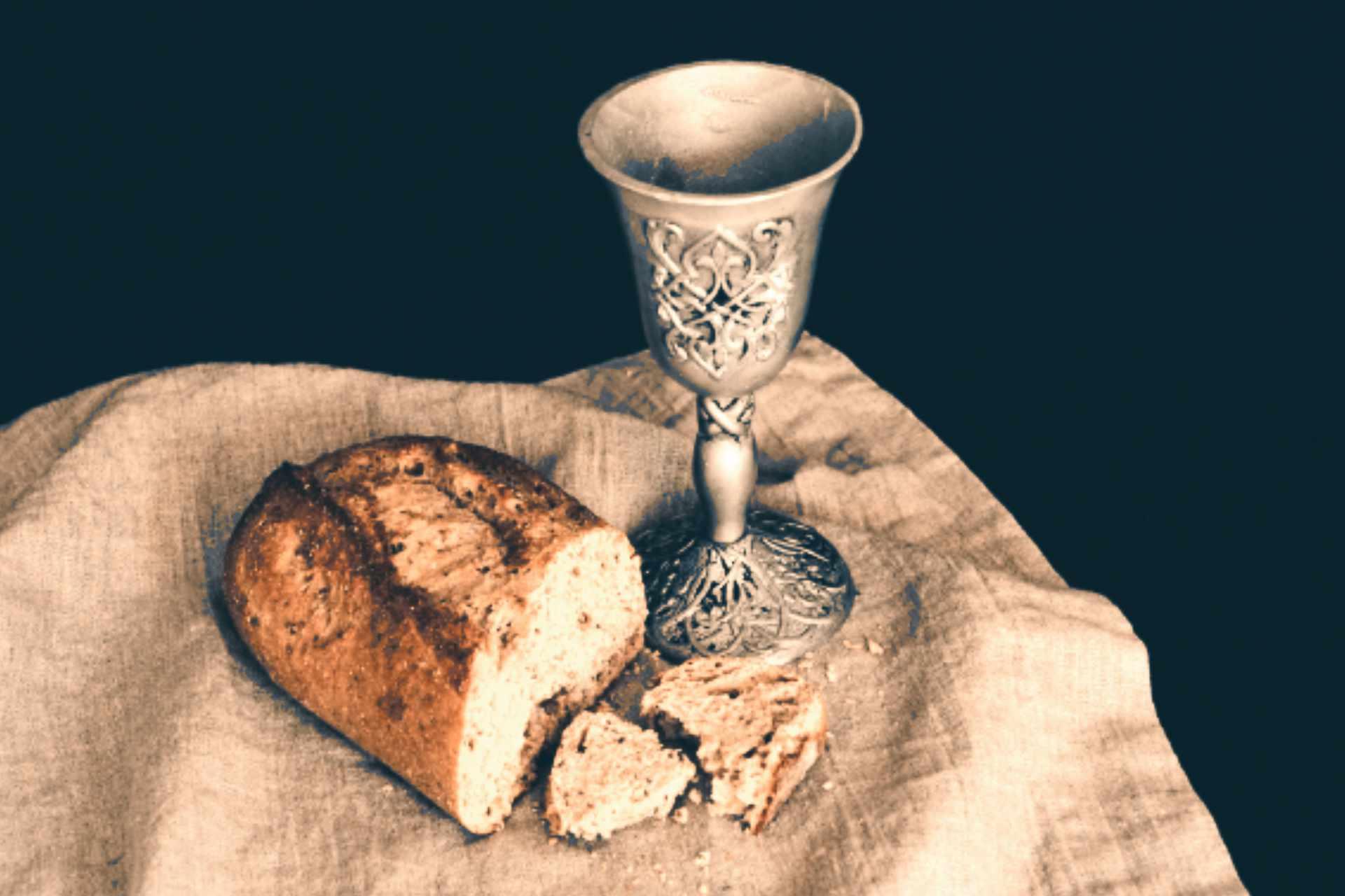 coupe en métal travaillé style celtique avec un pain et une tranche de pain